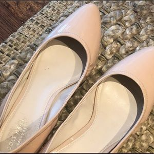 COLEHAAN Patent leather low wedged slipper heel.